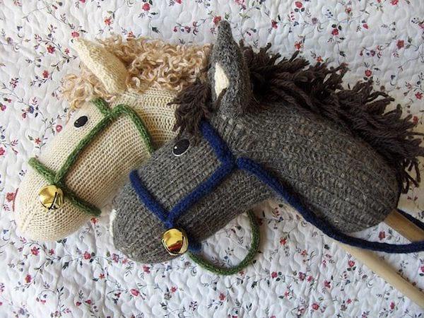 Un cheval bâton fait avec une chaussette orpheline recyclée