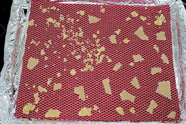Morceau de cire d'abeille émiettées sur du tissu