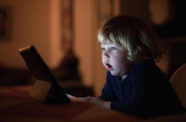 Des retards de développement dûs à une surexposition des enfants aux écrans