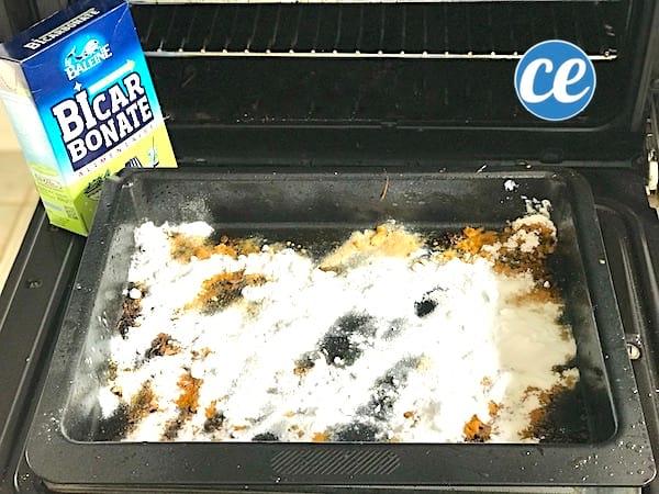 Le nettoyage de la plaque de cuisson du four avec du bicarbonate