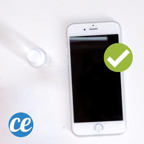 Votre écran d'iPhone est tout sale et cra-cra ? Voici l'astuce pour que votre smartphone reste NICKEL plus longtemps.