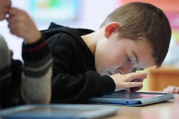Les effets des écrans sur les enfants et les dangers sur le développement du cerveau