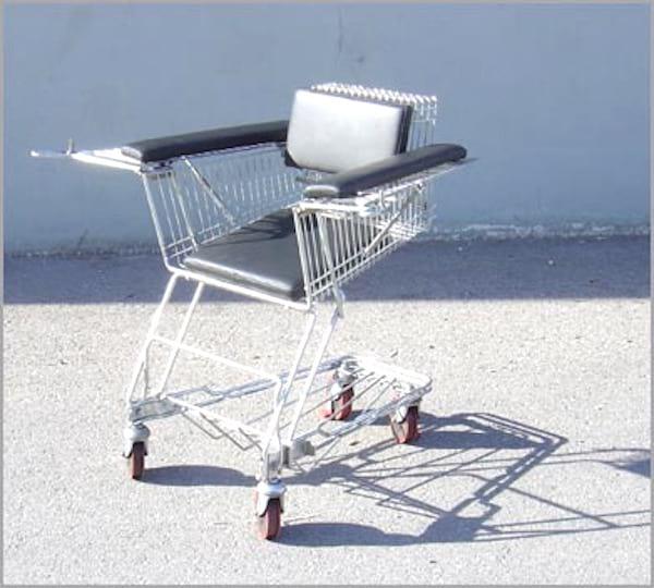 chaise roulante avec un charriot de supermarché