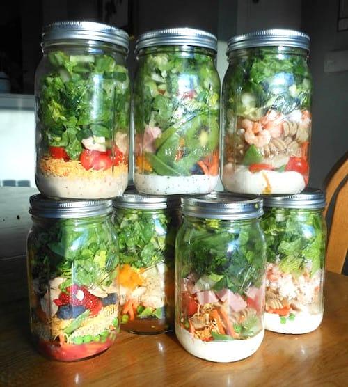 préparer des salades dans un pot en verre