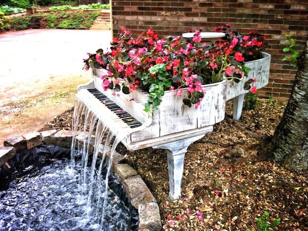 vieux piano transformé en fontaine de jardin
