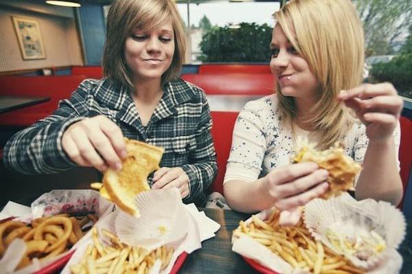 Arrêter de manger du fast-food : une des 20 choses à faire à 30 ans pour avoir une meilleure vie à 50 ans.