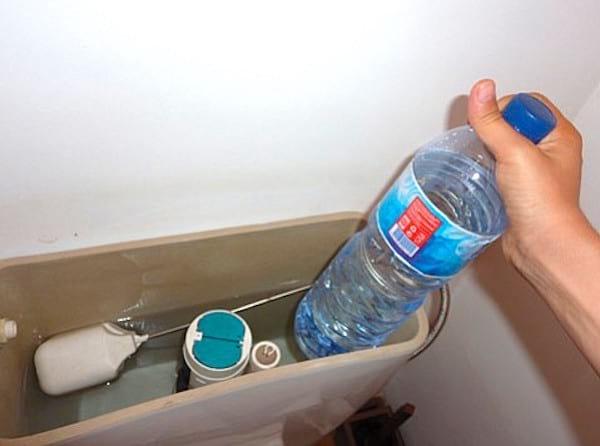 Pour réduire votre facture d'eau, mettez une bouteille d'eau dans les toilettes.