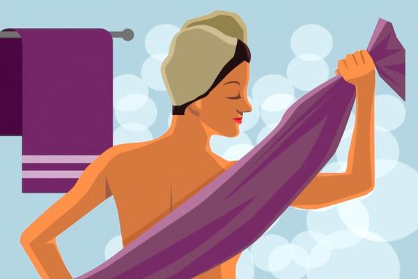 Frotter sa serviette sur la peau et les cheveux est une des erreurs les plus courantes lorsque l'on prend une douche.