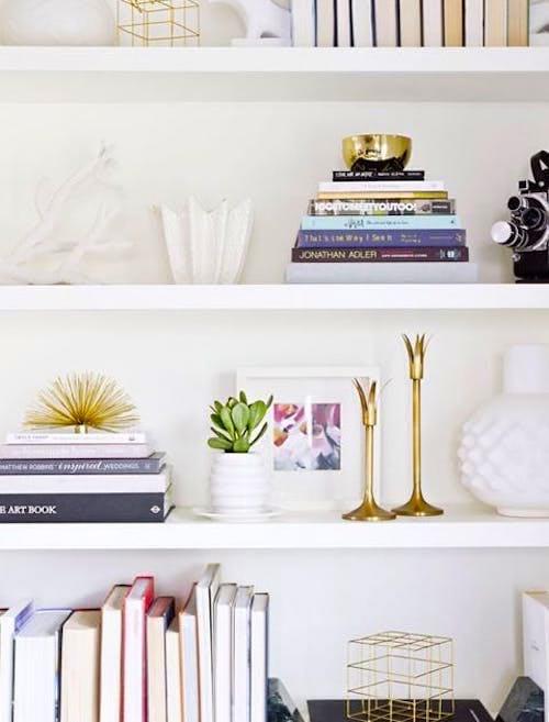 Parfois, les meilleurs rangements sous juste sous votre nez ! Glissez vos documents importants derrière un rangée de livrespour gagner de la place dans un petit appartement.