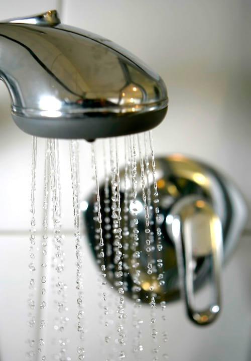 Se doucher avec de l'eau trop dure est une des erreurs les plus courantes lorsque l'on prend une douche.