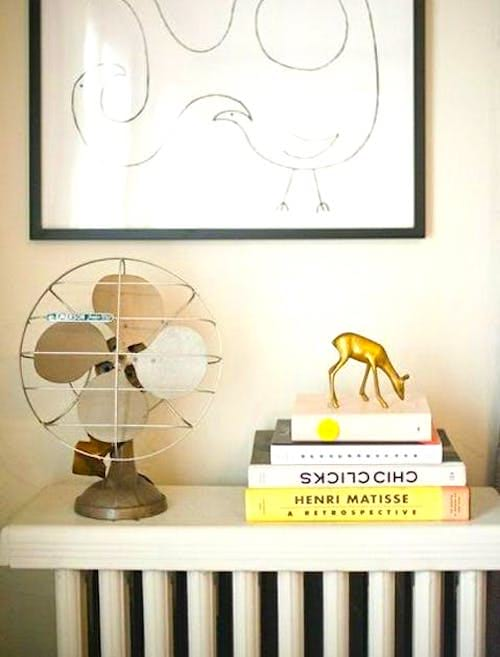 Parfois, les meilleurs rangements sous juste sous votre nez ! Empilez les livres sur un radiateur hors-service pour gagner de la place dans un petit appartement.