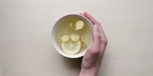 Découvrez le gargarisme au gingembre pour soigner vos maux de gorge.