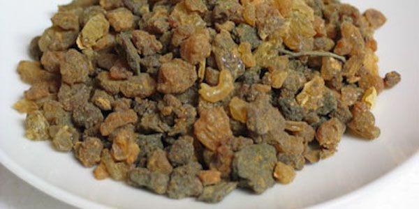 Découvrez le gargarisme à la myrrhe pour soigner vos maux de gorge.