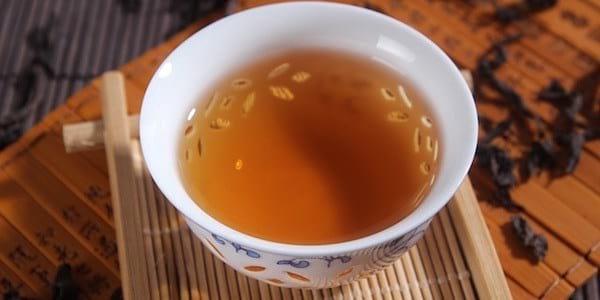 Découvrez le gargarisme au thé vert pour soigner vos maux de gorge.