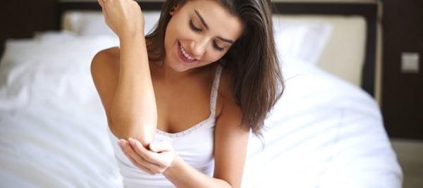 Ne pas appliquer de crème hydratante est une des erreurs les plus courantes lorsque l'on prend une douche.