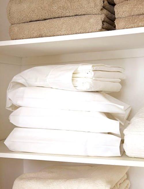 Parfois, les meilleurs rangements sous juste sous votre nez ! Rangez vos parures de lit dans des taies d'oreillerpour gagner de la place dans un petit appartement.