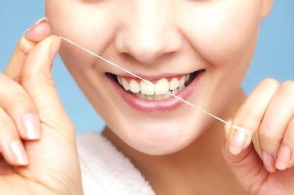 Prendre soin de ses dents : une des 20 choses à faire à 30 ans pour avoir une meilleure vie à 50 ans.