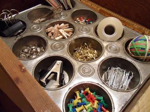 un moule à muffins pour ranger les fournitures de bureau
