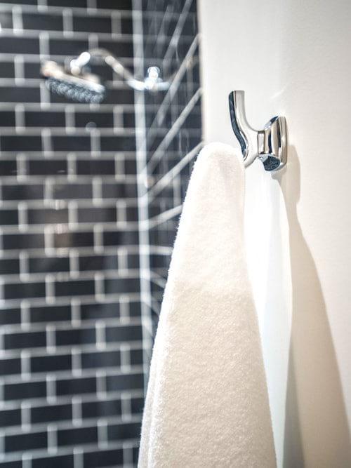 Ne pas régulièrement changer sa serviette est une des erreurs les plus courantes lorsque l'on prend une douche.