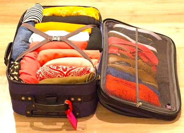 Parfois, les meilleurs rangements sous juste sous votre nez ! Utilisez une valise vide pour ranger les vêtements hors-saisonet gagner de la place dans un petit appartement.