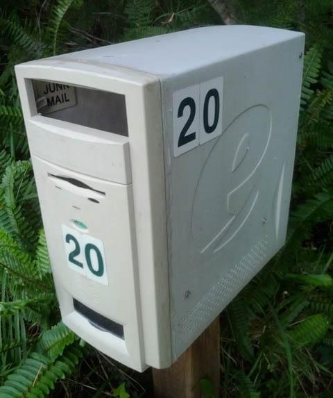 vieux ordinateur transformé en boite aux lettres