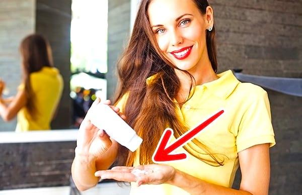 Utiliser du shampooing sec est une astuce efficace pour se laver les cheveux moins souvent.