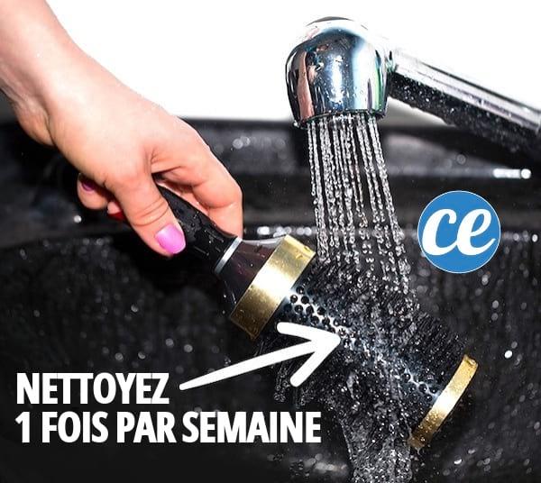 Nettoyer régulièrement sa brosse à cheveux est une astuce efficace pour se laver les cheveux moins souvent.