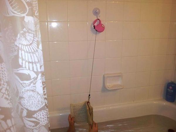 le truc pour ne plus faire tomber le livre dans le bain grâce à la laisse du chien