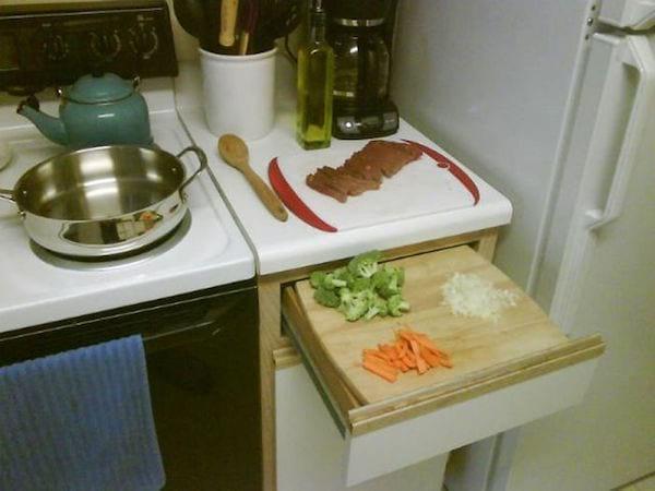 Une planche à découper sur un tiroir  de la place pour gagner de la place sur le plan de travail