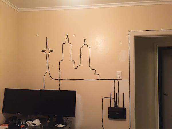 Une astuce pour accrocher les câbles électriques au lieu de les cacher