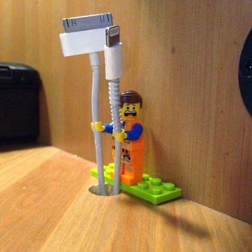 des Lego pour tenir les câbles