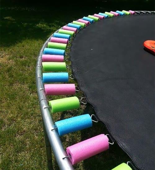 Des frites pour sécuriser les ressorts du trampoline