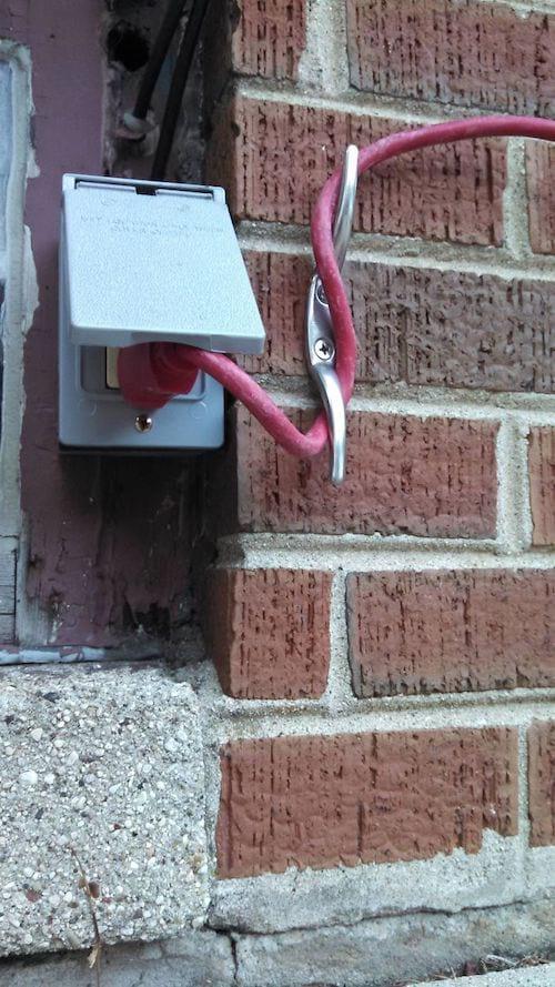 Un crochet empêche les cables de se débrancher quand on tire dessus