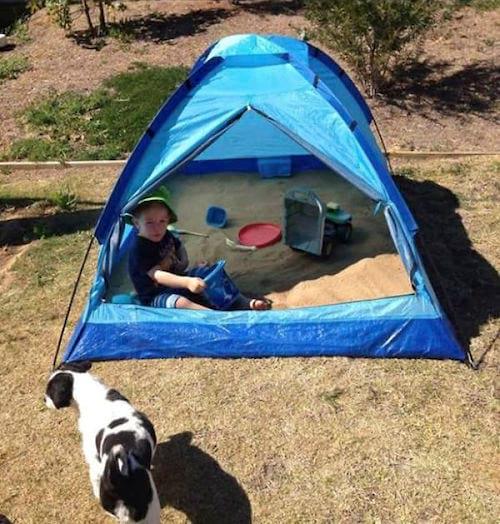 Une tente pour faire un bac à sable protégé
