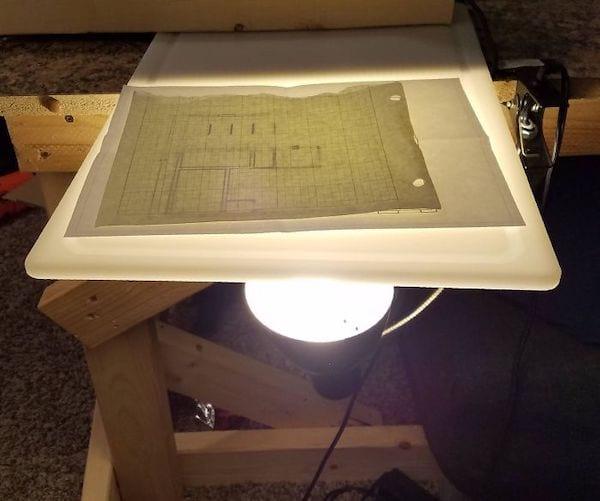 Faire une table de traçage avec une lampe et une planche à découper