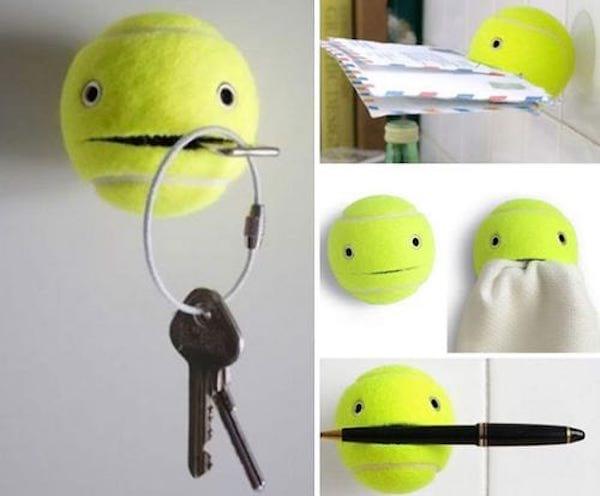 Une balle de tennis fendue pour faire un porte-objet