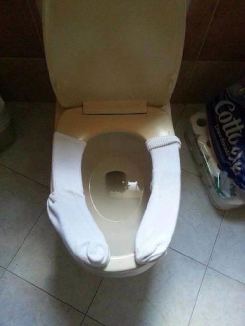 des chaussettes pour protéger la lunette des toilettes