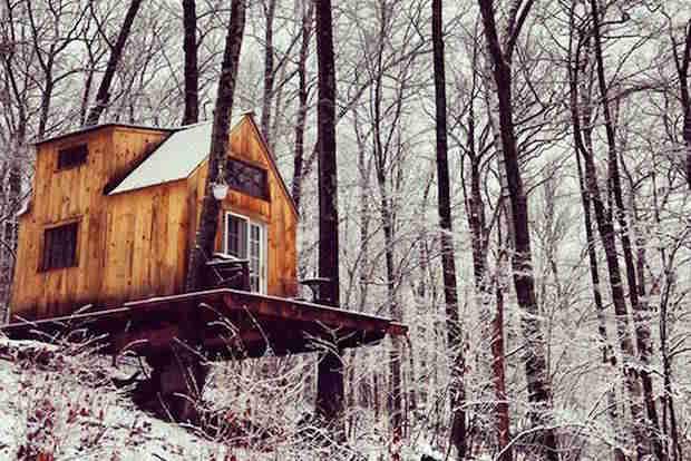 Petite maison dans les bois en hiver