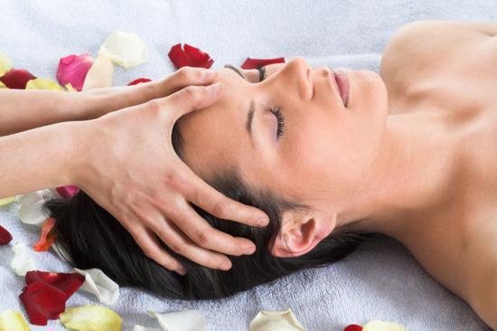 un massage du visage pour soulager les douleurs