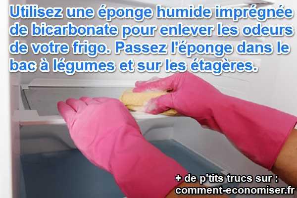 une éponge au bicarbonate pour nettoyer le frigo et enlever les odeurs