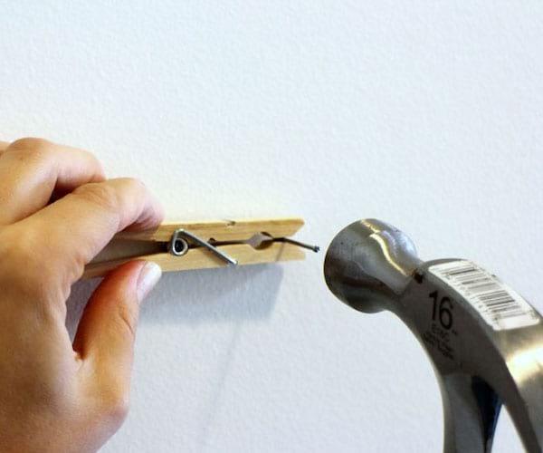 Une pince à linge pour planter un clou sans se faire mal
