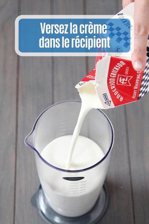 Verser la crème et le sucre dans le mixeur plongeant