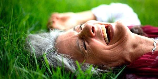 Pour vivre jusqu'à 100 ans, riez et adoptez une attitude optimiste face au stress.