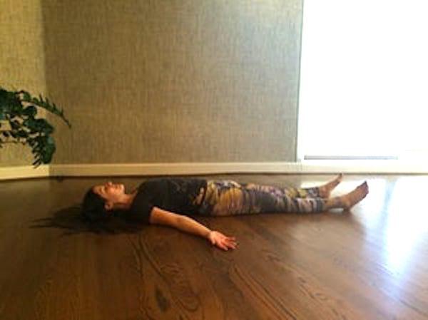 Pour mieux dormir, essayez de faire la posture du cadavre avant d'aller au lit.