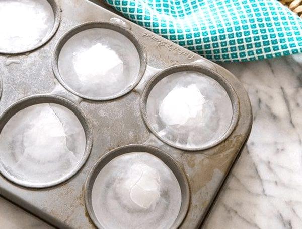 Les moules à muffins sont parfaits pour fabriquer des glaçons géants.
