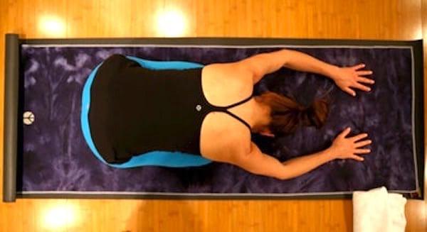 Pour mieux dormir, essayez de faire la posture de l'enfant avant d'aller au lit.