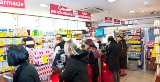 L'intérieur de la pharmacie du four à Paris