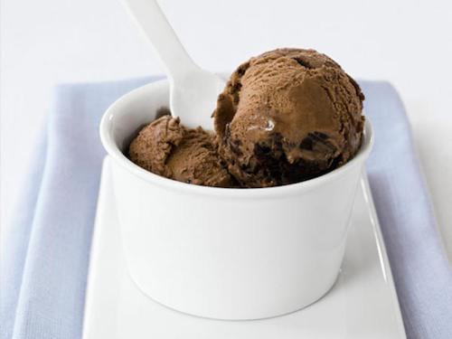 Mangez de la glace pour soulager les brûlures au palais de la bouche.