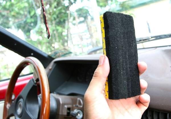 L'astuce de grand-mère pour enlever la buée des pare-brises : utilisez une brosse en feutre pour tableau noir.
