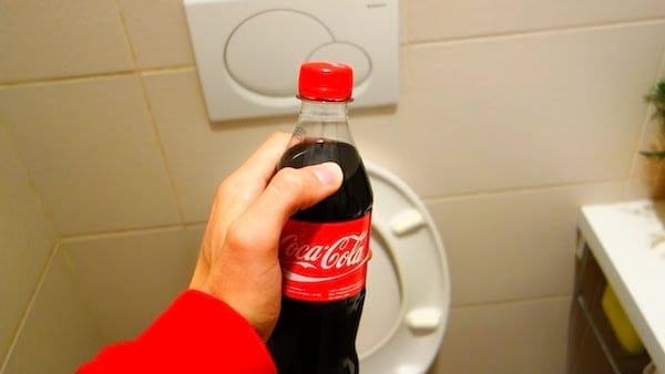 détartrer les toilettes avec du coca cola